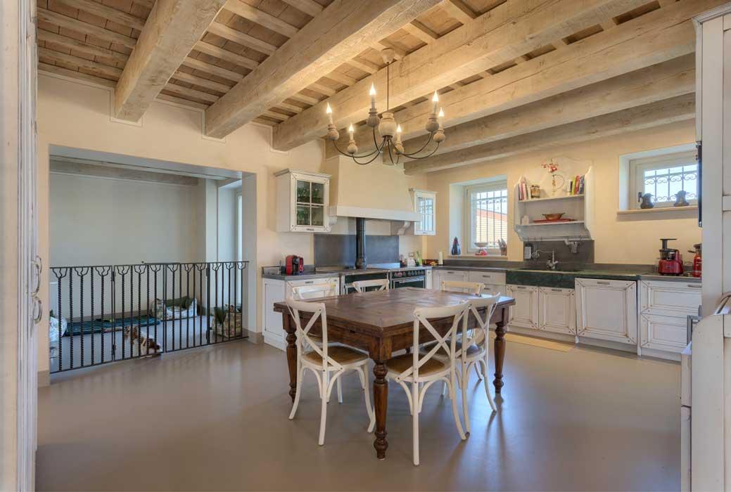casa-colonica-marchigiana-recupero-ad-opera-architetto-Marinelli-con-materiali-Kerakoll-Design-House-partner-Natalucci